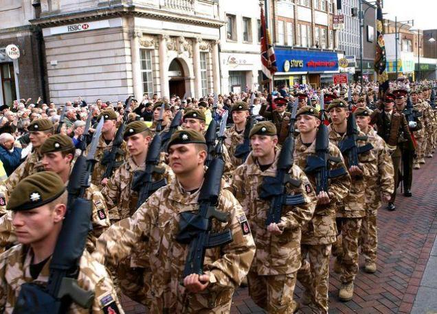 Brytyjsny żołnierze - defilada po powrocie z Iraku (źródło: AFP)